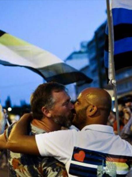 La grecia da il via libera all'adozione dei bimbi alle coppie gay