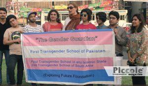 Foto che racchiude la prima classe transgender in una scuola in pakistan